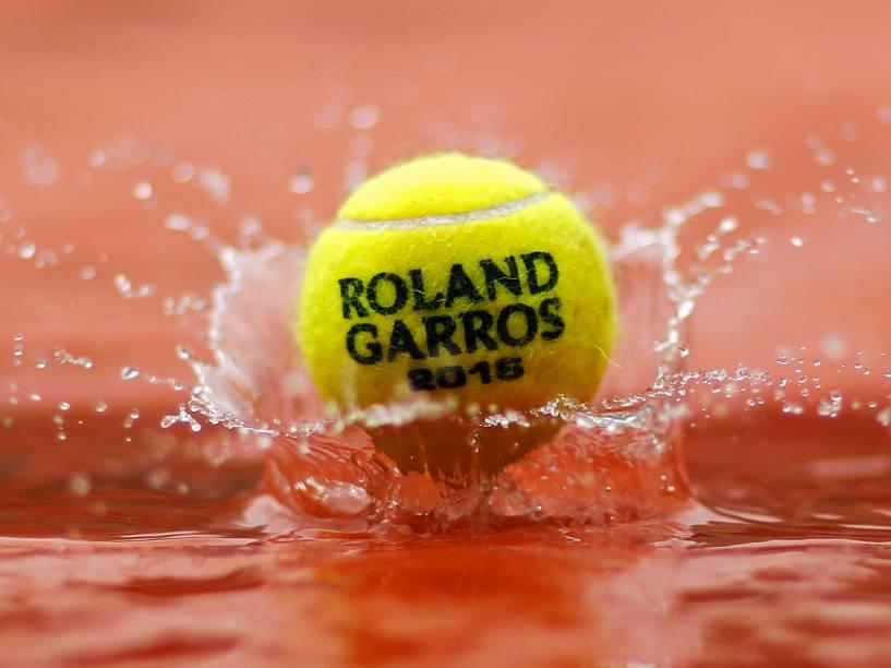 <br><br>Bola de tênis é fotografada em uma poça dágua no estádio Roland-Garros, durante chuva em Paris, França - 23/05/2016