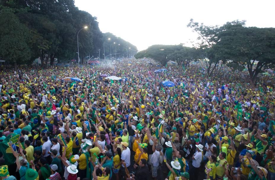 Manifestantes se concentram nos arredores do Congresso em Brasília para manifestar a favor do Impeachment contra a presidente Dilma Rousseff - 17/04/2016