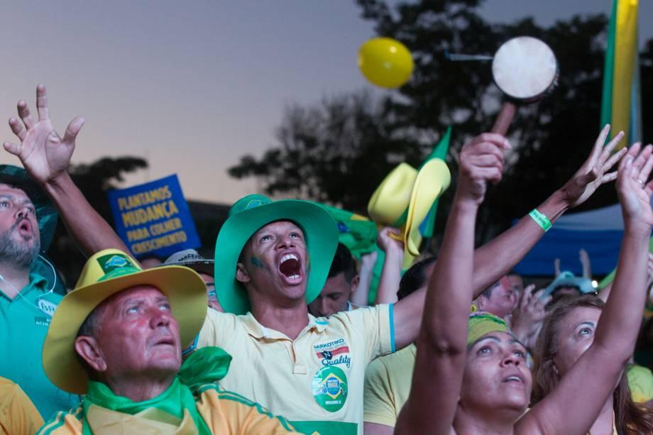 Manifestantes contra o governo comemoram resultados positivos na votação da Câmara dos Deputados que dará ou não continuidade ao processo de Impeachment contra a presidente Dilma Rousseff, em Brasília - 17/04/2016