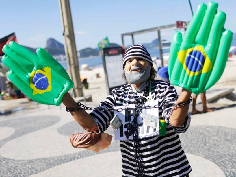 Manifestantes em Copacabana protestam a favor do Impeachment que tramita na Câmara dos Deputados, no Rio de Janeiro - 17/04/2016