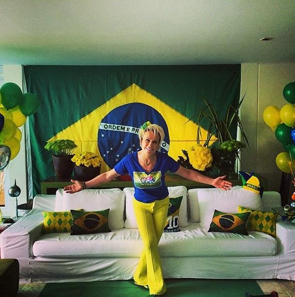 A apresentadora Ana Maria Braga mostra cenário de sua torcida pelo Brasil na Copa do Mundo 2014