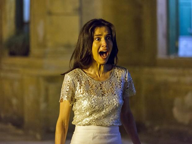 Cora (Marjorie Estiano) se assusta ao ver José Alfredo (Alexandre Nero) de branco