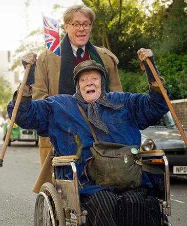 Miss Shepherd (Maggie Smith) e Alan Bennett (Alex Jennings) em cena do filme A Senhora da Van