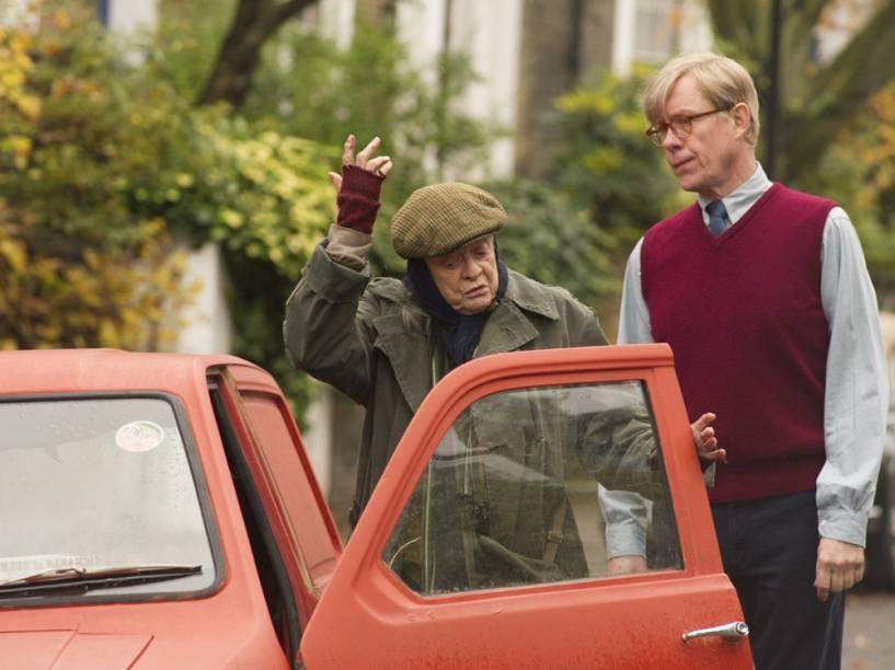 """Alan Bennet e Miss Shepherd (Alex Jennings e Maggie Smith) em cena do filme """"A Senhora da Van"""""""