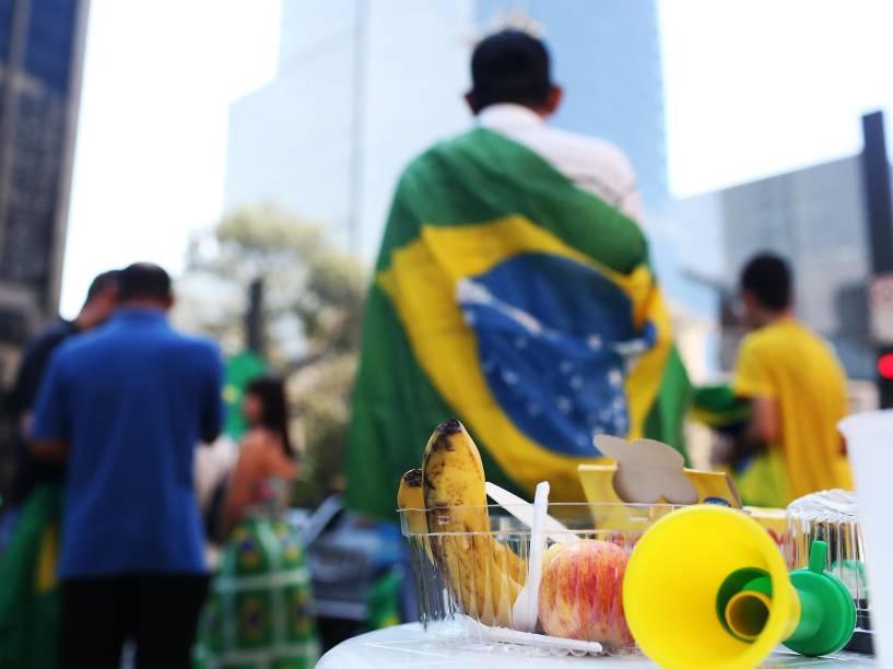 Manifestantes contra o governo da presidente Dilma e do ex-presidente Lula são vistos acampados na Avenida Paulista, em São Paulo, SP, em frente ao prédio da FIESP (Federação das Indústrias do Estado de São Paulo), na manhã deste sábado (19)