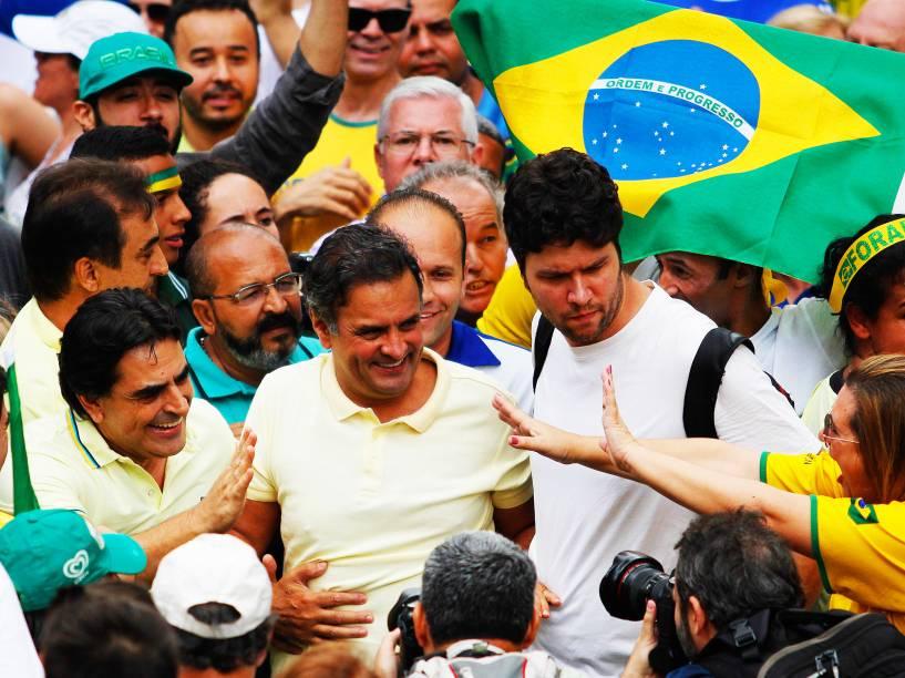 Aécio Neves com manifestantes contrarios ao governo Dilma Rousseff durante ato pelo impeachment da presidente, na Praça da Liberdade, em Belo Horizonte, neste domingo, 13