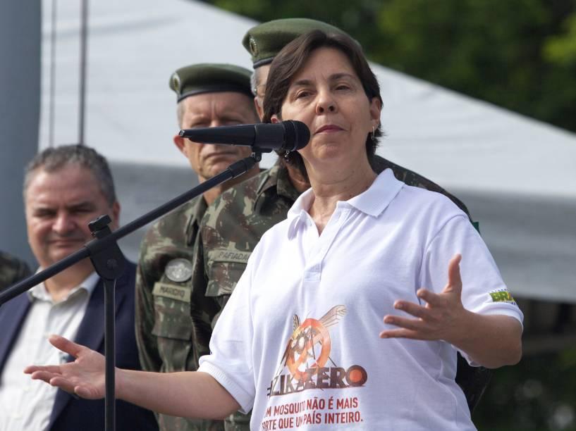 A ministra do Desenvolvimento Social e Combate à Fome, Tereza Campello, discursa em Engenho do Meio, no Recife, neste sábado. Homens da Marinha, Exército e Aeronáutica que realizam em todo o Brasil campanha de conscientização e combate ao mosquito Aedes Aegypti