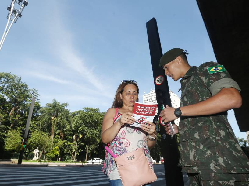 Exército realiza em todo o Brasil campanha de conscientização e combate ao mosquito Aedes Aegypti, neste sábado. Na foto, militares na Av. Paulisa, em frente ao Masp