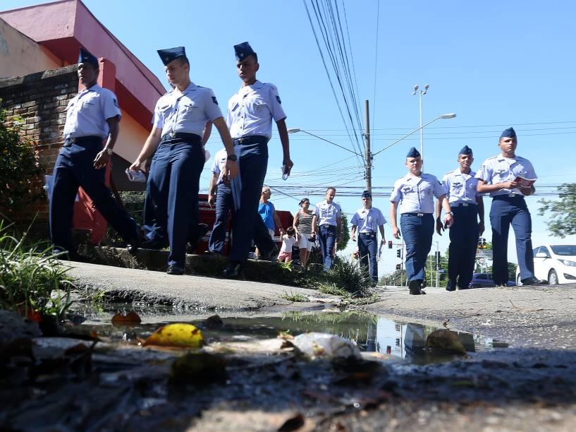 Soldados da Marinha do Exército e homens da Força Aérea Brasileira (FAB) realizam panfletagem na região de Santana, na zona norte da capital paulista, em campanha de conscientização do combate ao Aedes Aegypti