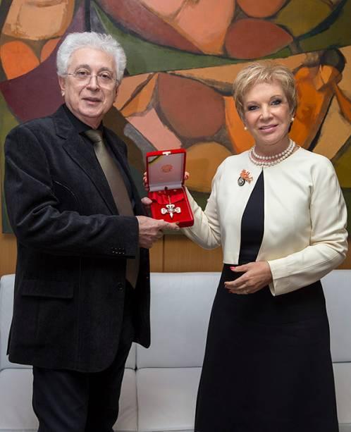 A diva Marta Suplicy entrega comenda da Ordem do Mérito Cultural a Aguinaldo Silva