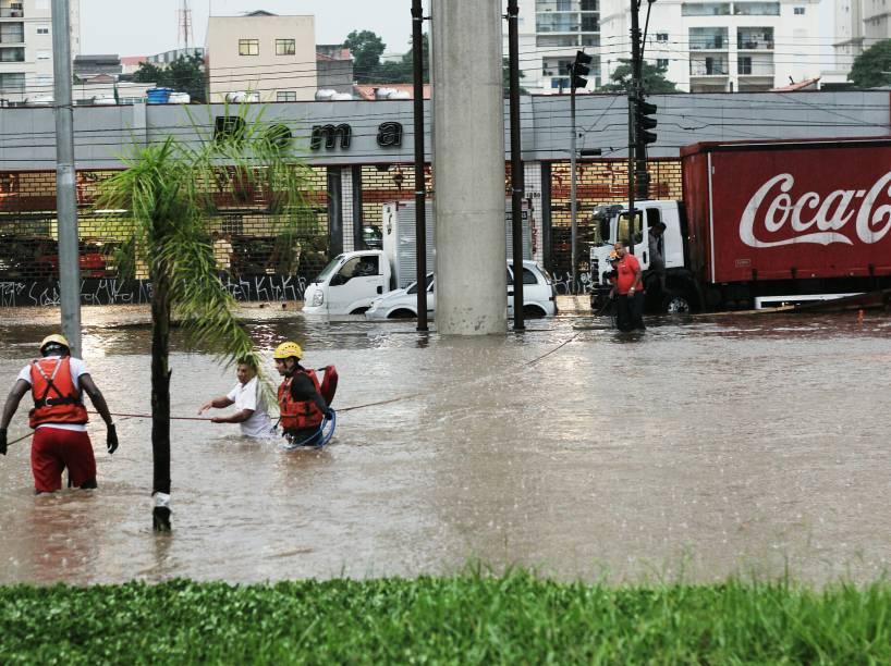 Trecho da avenida Anhaia Mello próximo ao metrô Vila Prudente alagado após fortes chuvas na Zona Leste de São Paulo - 25/02/2015