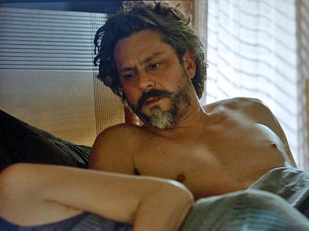 José Alfredo (Alexandre Nero) acorda assustado ao lado de Maria Marta (Lilia Cabral)