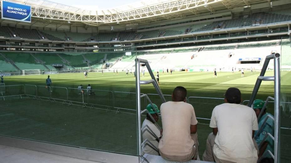 Operários assistem ao primeiro treino do Palmeiras no novo estádio