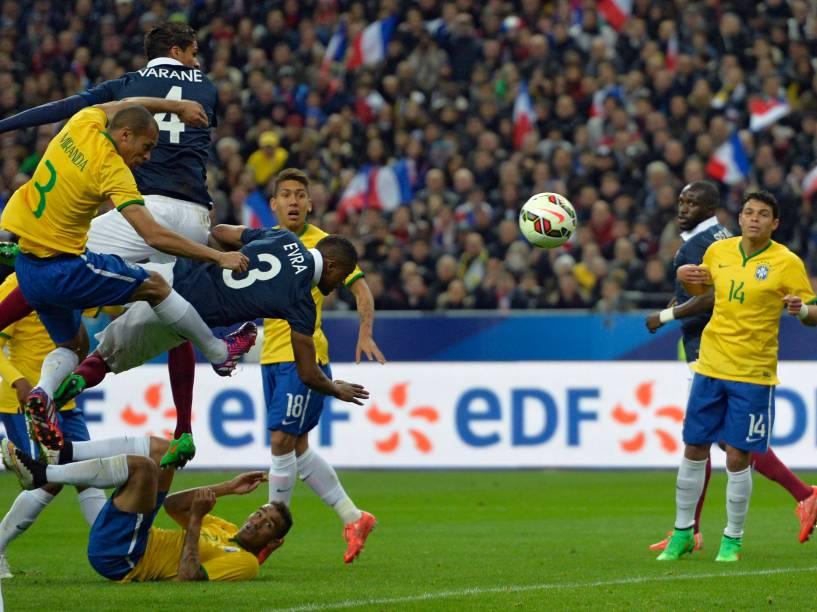 Lance na partida entre Brasil e França no Stade de France, no primeiro amistoso da temporada