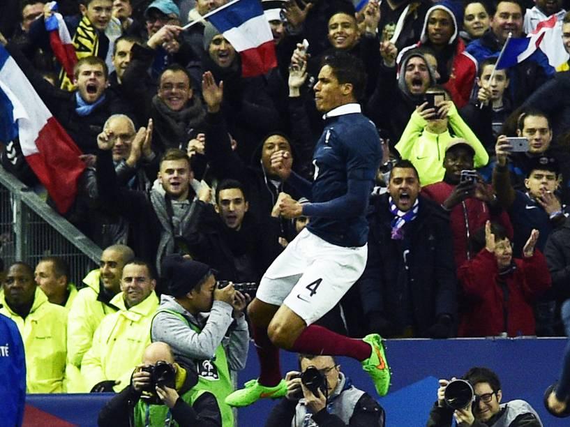 O jogador Raphael Varane da França comemora o gol na partida contra o Brasil no Stade de France, no primeiro amistoso da temporada