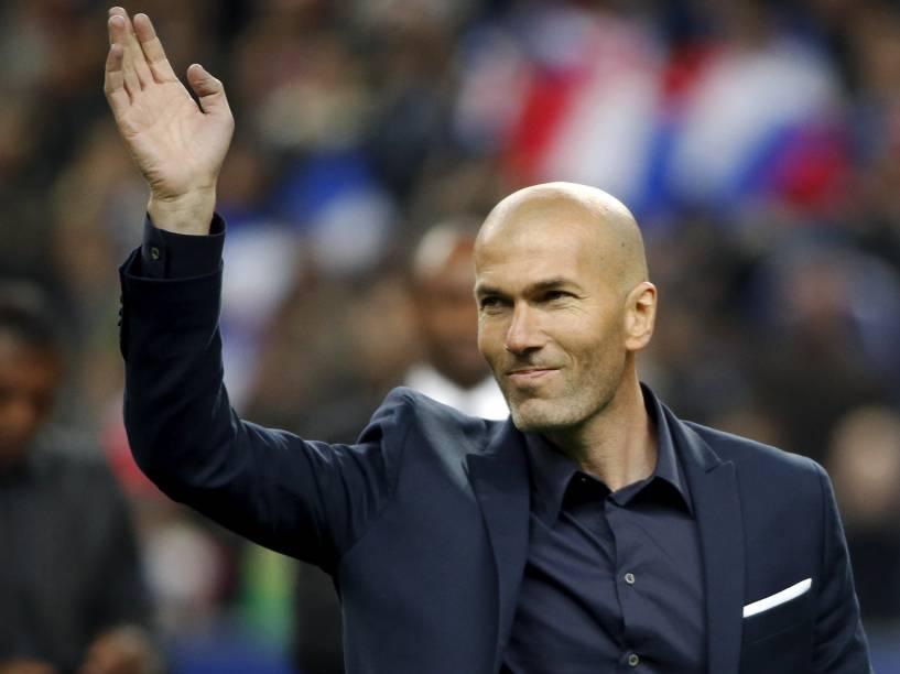 Zinedine Zidane acena para torcida antes da partida entre o Brasil no Stade de France, no primeiro amistoso da temporada