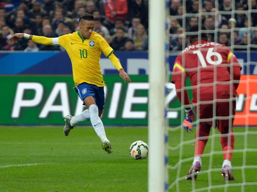 O atacante Neymar do Brasil marca o gol na partida contra a França no Stade de France, no primeiro amistoso da temporada