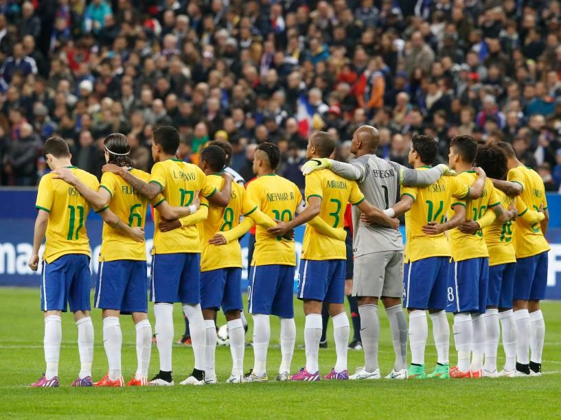 Jogadores do Brasil antes da partida contra a França no Stade de France, no primeiro amistoso da temporada