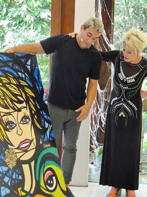 André Marques dá quadro (brega) a Ana Maria Braga, a quem substitui durante viagem à Disney