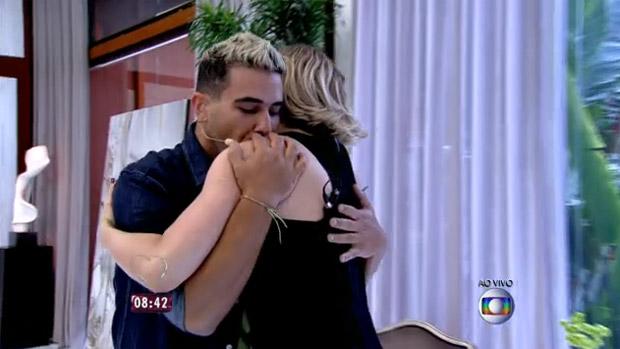 André Marques e Claudia Raia: beijinho no ombro