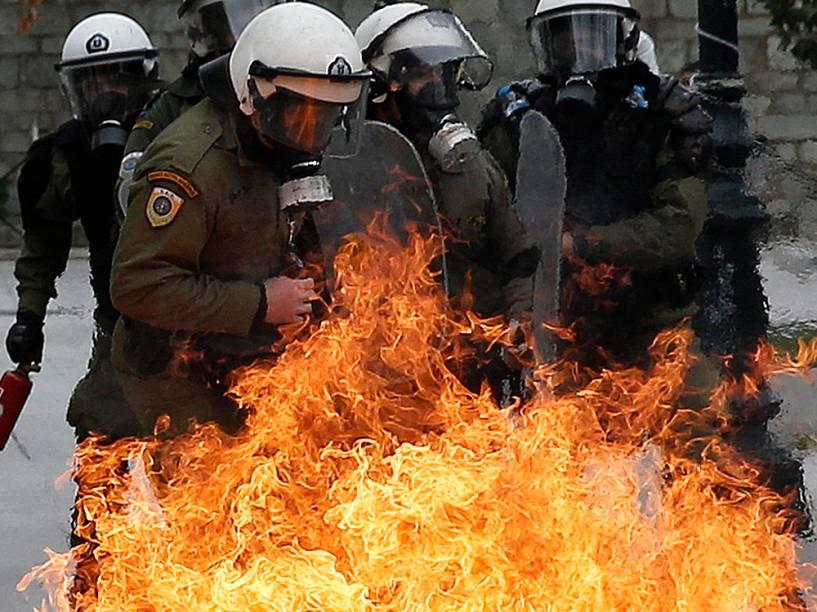 Na Grécia, confronto durante greve geral de 24 horas em protesto contra a reforma no sistema previdenciário. A proposta de reforma foi feita pelo governo grego para cumprir as condições estabelecidas por credores internacionais para resgatar o país endividado