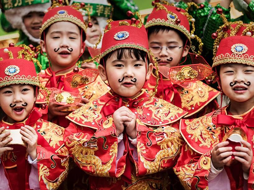 Crianças usando trajes tradicionais durante os preparativos do Ano Novo Lunar em Hong Kong