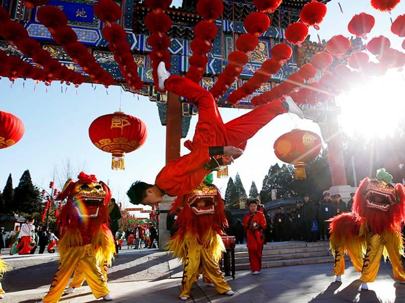 Dançarinos fazem apresentação no parque Ditan, em Pequim, na China