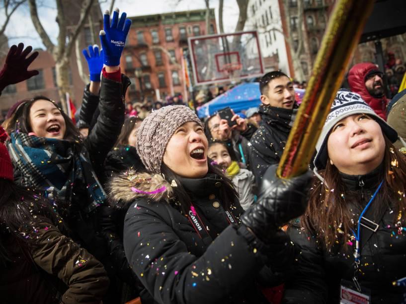 Pessoas celebram a chegada do Ano Novo Lunar. O período é comemorado com fogos, luzes e muita dança