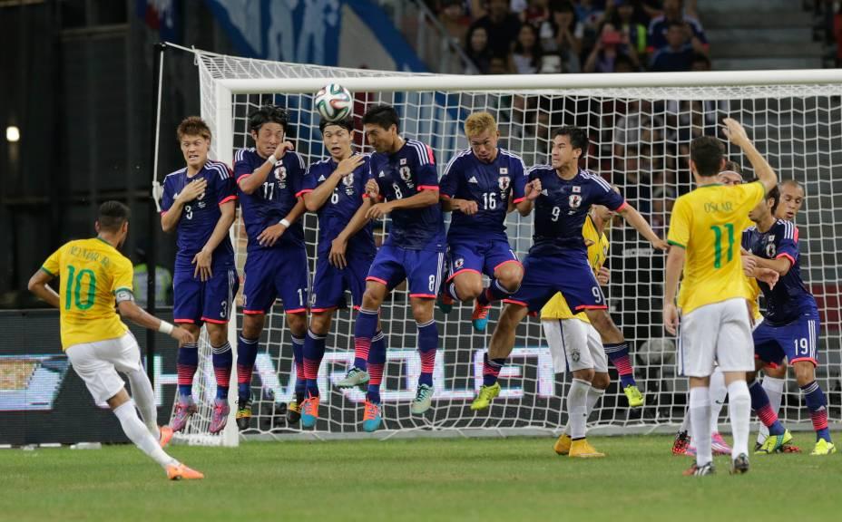 Neymar bate falta na trave no início do jogo contra o Japão