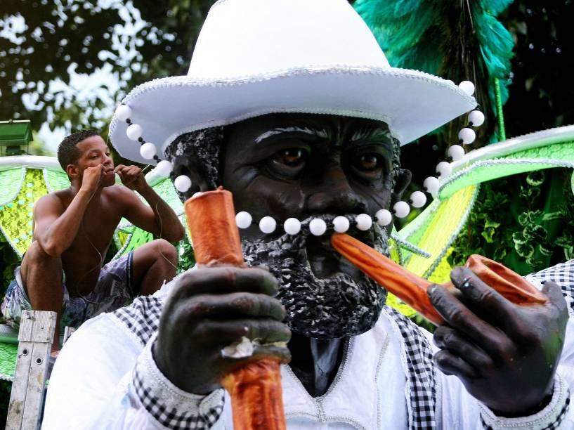 Integrante da Viradouro faz últimos ajustes antes do primeiro dia de desfiles do grupo especial na Marquês de Sapucaí (RJ)