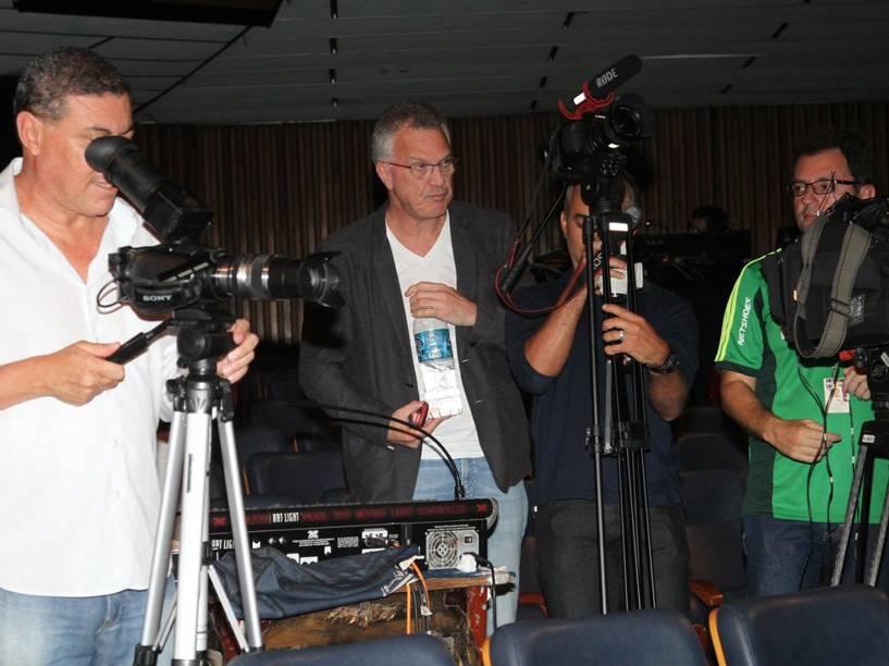 Pedro Bial e quipe do espetáculo Chacrinha, o musical durante as gravações no Teatro João Caetano, no Rio de Janeiro