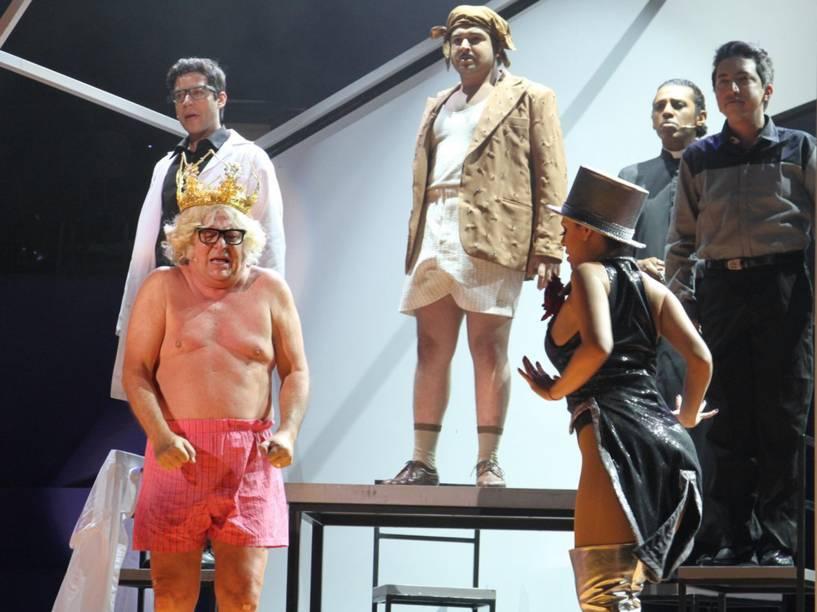 Cenas do espetáculo Chacrinha, o musical, de Pedro Bial e Rodrigo Nogueira