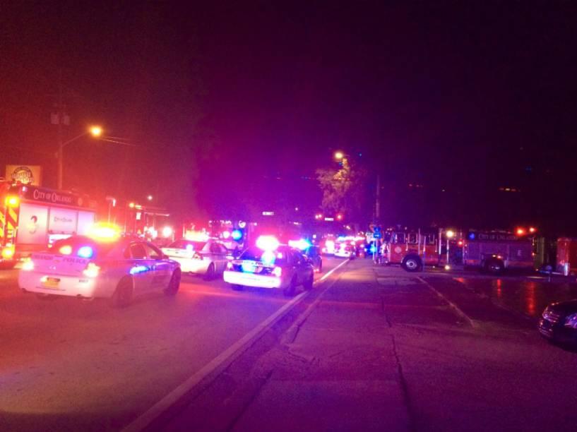 Carros de polícia do lado de fora da boate Pulse, em Orlando