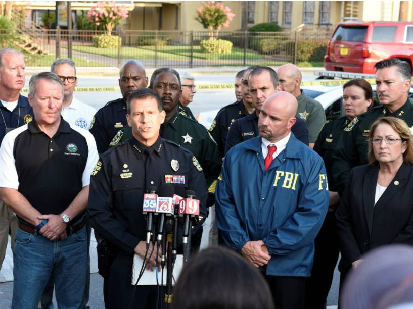 Agentes da polícia e o FBI durante coletiva de imprensa, em Orlando