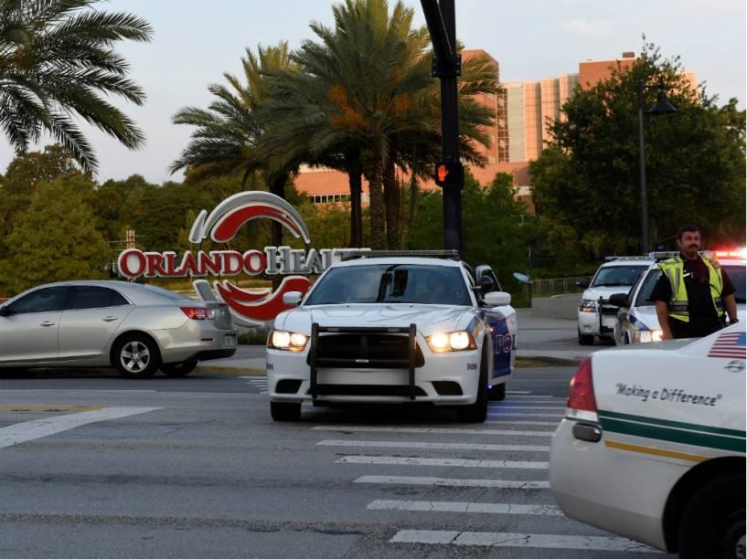 Carros de polícia próximos da boate Pulse, em Orlando