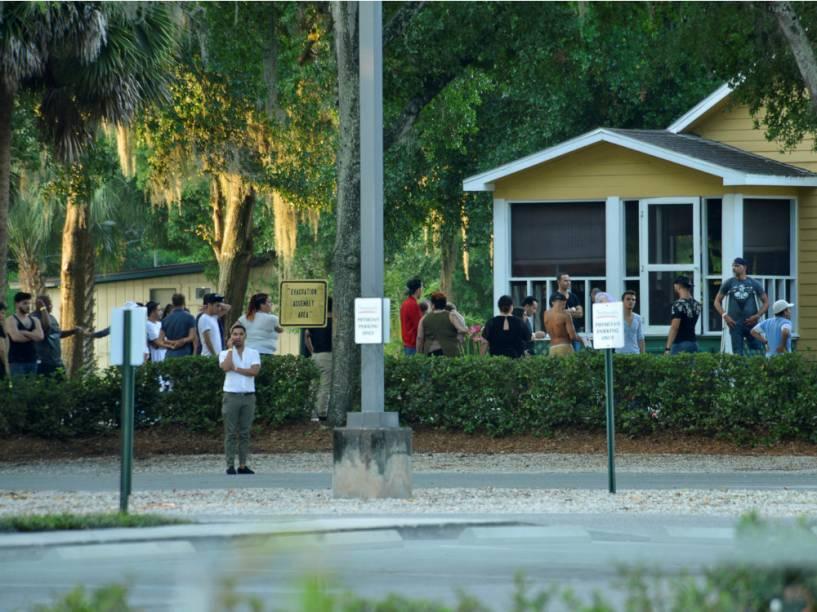 Sobreviventes da boate Pulse do lado da fora da delegacia que investiga o ataque, em Orlando