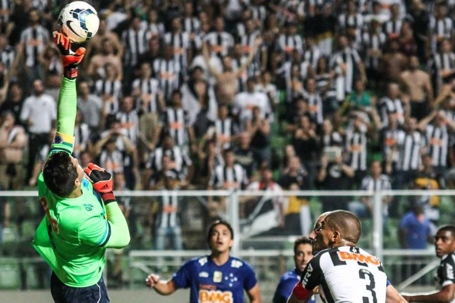 Lance do primeiro jogo da final da Copa do Brasil 2014, entre Atlético-MG e Cruzeiro, no Estádio Independência, em Belo Horizonte. Os atleticanos saíram na frente na decisão: 2 a 0
