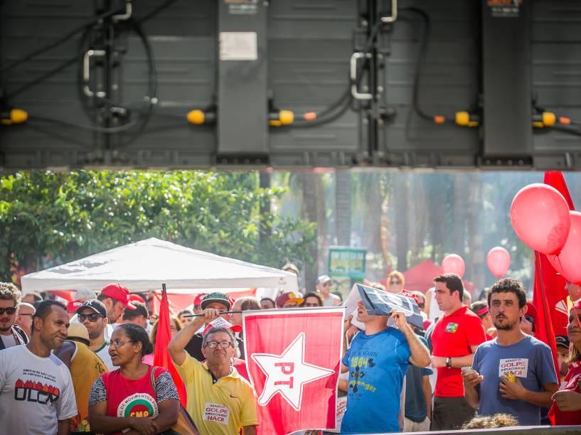 Manifestantes aguardam o início da votação na Câmara dos Deputados enquanto manifestam contra o Impeachment da presidente Dilma Rousseff no Vale do Anhangabaú, centro da cidade de São Paulo - 17/04/2016