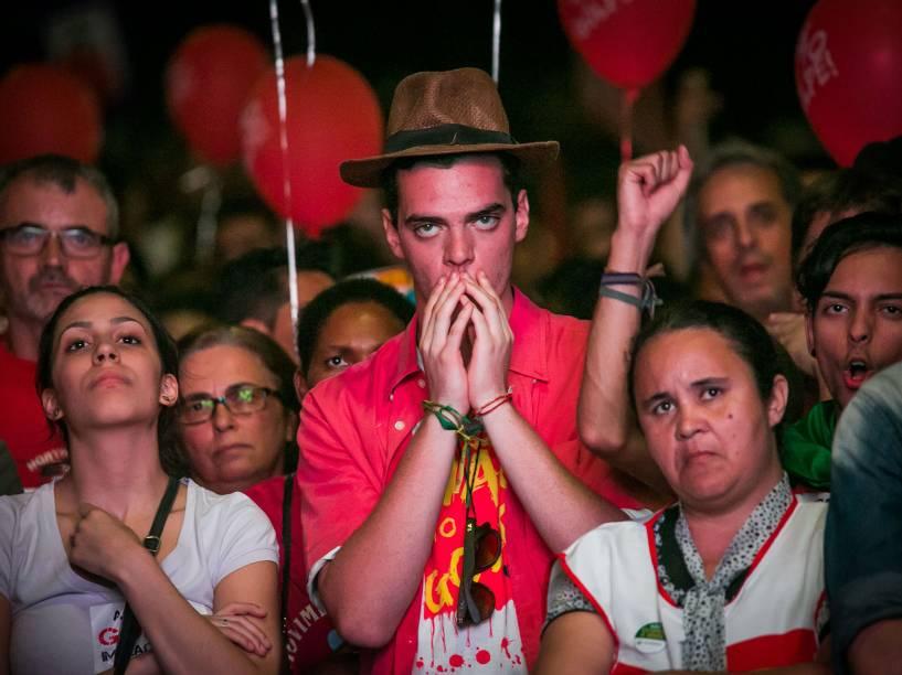 Manifestantes contra o impeachment assistem a votação em telão no Vale do Anhangabaú, centro da cidade de São Paulo - 17/04/2016