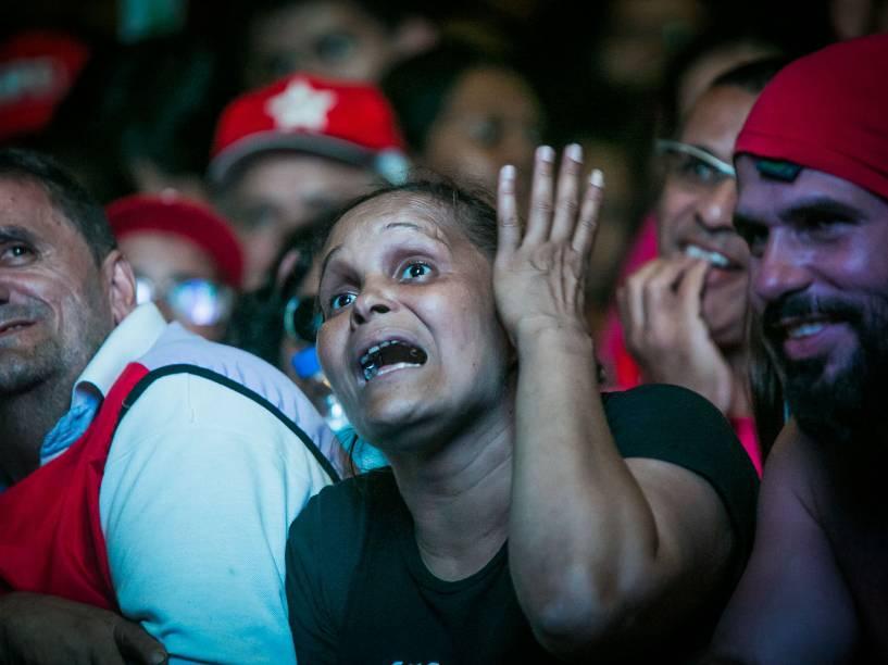 Manifestantes protestam contra o impeachment enquanto assistem a votação em telão no Vale do Anhangabaú, cidade de São Paulo - 17/04/2016