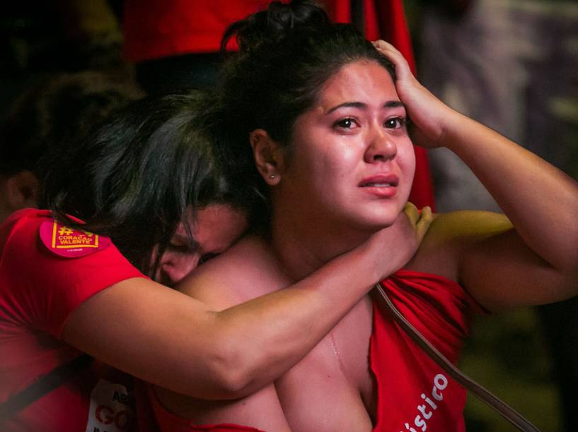 Manifestantes lamentam, no Vale do Anhangabaú, a decisão dos deputados da Câmara, que deu prosseguimento ao processo de impeachment da presidente Dilma Rousseff
