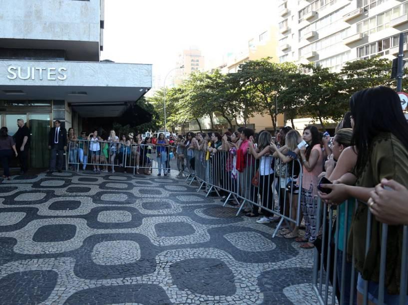 Fãs debruçadas na grade de proteção colocada em frente ao hotel em que os Backstreet Boys estão hospedados