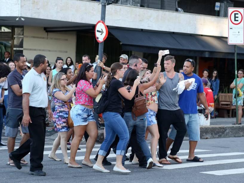 Nick Carter é perseguido por fãs no Rio