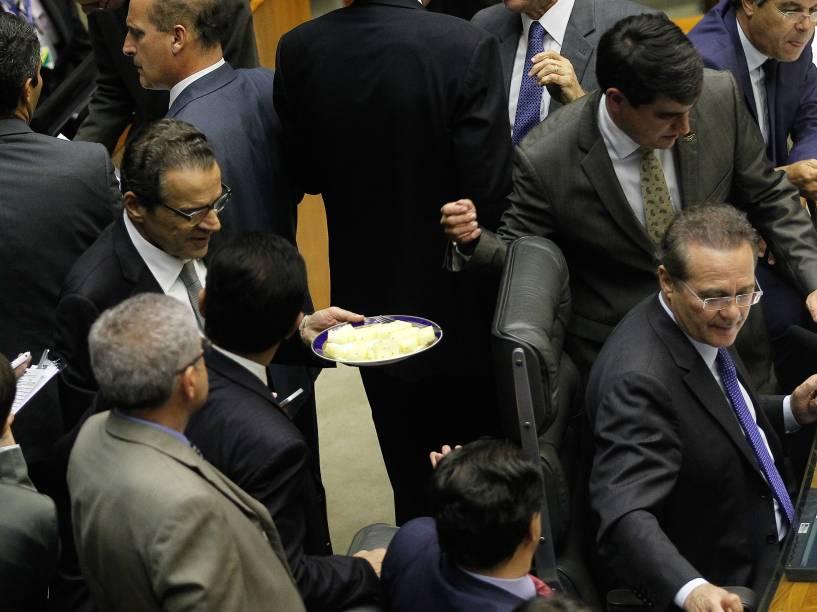 Deputado Henrique Alves (PMDB-RN), presidente da Câmara, oferece frutas aos colegas parlamentares