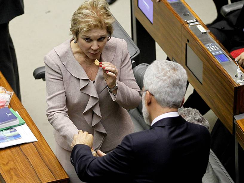 Senadora Marta Suplicy (PT-SP) come biscoito durante sessão que aprovou texto da manobra fiscal