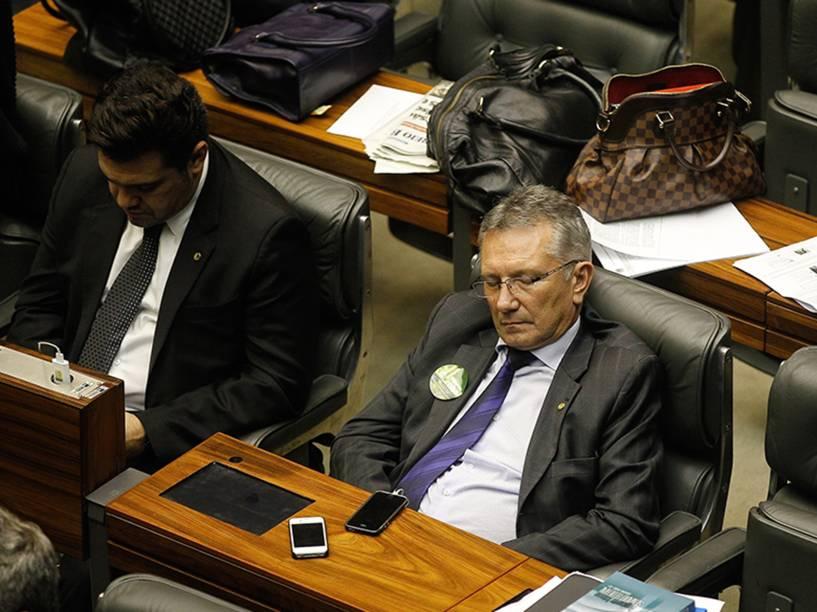 Parlamentares dormem durante votação em Brasília