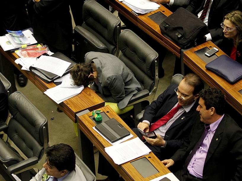 Parlamentar dorme durante votação em Brasília