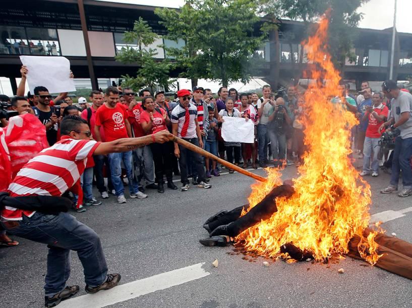Manifestantes queimam bonecos em São Paulo