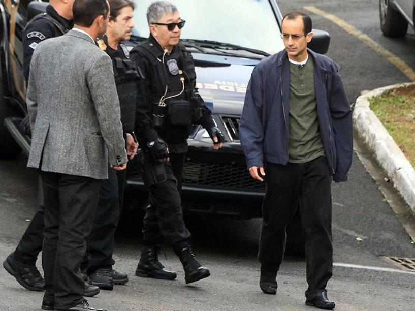 Marcelo Odebrecht é transferido da sede da Polícia Federal para o Complexo Médico Penal de Pinhais em Curitiba, PR, na manhã deste sábado (25)