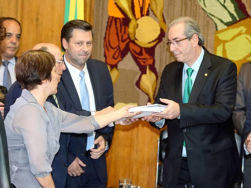 O ex-presidente da Câmara dos Deputados, Eduardo Cunha, recebe o pedido de impeachment da presidente Dilma Rousseff das mãos de Maria Lúcia Bicudo (filha de Hélio Bicudo) e o advogado Miguel Reale Jr, com a presença da oposição, em cerimônia no gabinete da presidência